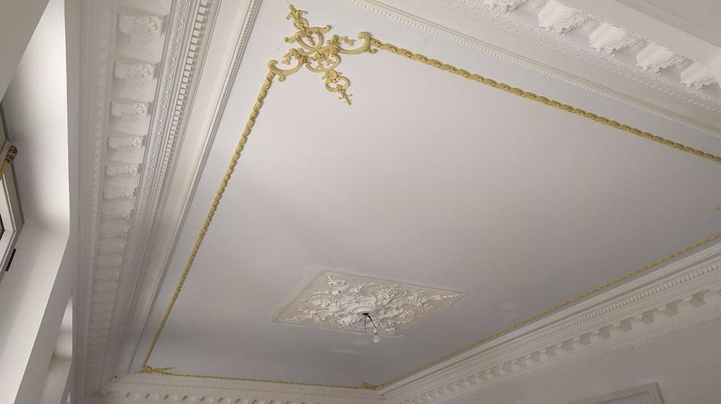 Plafond intérieur staffé avec corniche et rosace